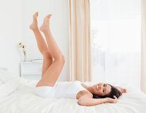 6 exerciţii pe care le poţi face în pat - VIDEO