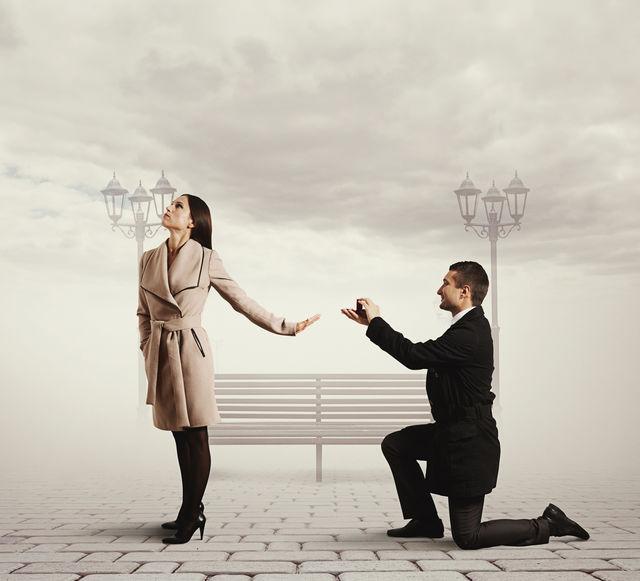 Femeie care refuză inelul de logodnă