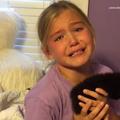 Aşa arată fericirea: Reacţia unei fetiţe când mama sa îi dăruieşte o pisică luată de pe stradă - VIDEO