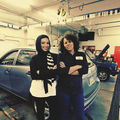Service auto pentru femei: Îşi fac unghiile şi părul în timp ce îşi repară maşinile! - VIDEO