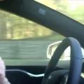 Reacţia unei bunicuţe când urcă pentru prima oară într-o maşină Tesla autonomă - VIDEO