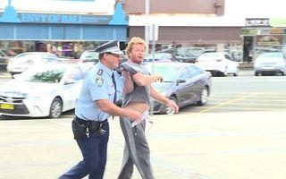 Un poliţist întrerupe conferinţa de presă pentru a aresta un individ care înjura - VIDEO