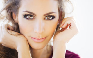 4 trucuri de machiaj care te fac să arăți mai tânără