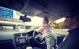 A speriat lumea: În ce situaţii şi-a pozat un tată fetiţa - FOTO