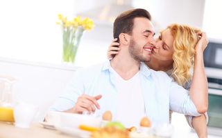 12 trucuri prin care îl poţi face să se gândească doar la tine