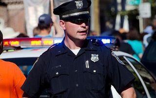 Un poliţist pune la pământ o studentă. A procedat corect sau nu? - VIDEO