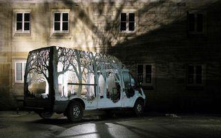 Magia unui artist: Transformă tabla în pomi şi plante