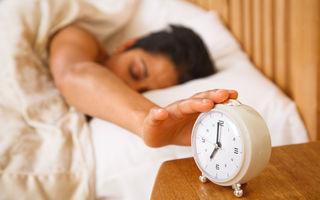 Trucul simplu care te va ajuta să nu mai amâni alarma dimineaţa
