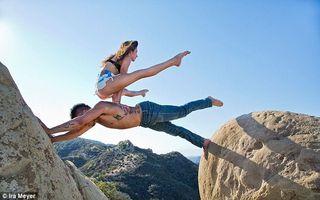 Cele mai neobişnuite imagini cu dependenţii de yoga: Se întind pe unde au chef!