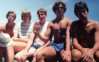 5 prieteni au făcut aceeaşi poză în 35 de ani: Cum s-au schimbat în acest timp