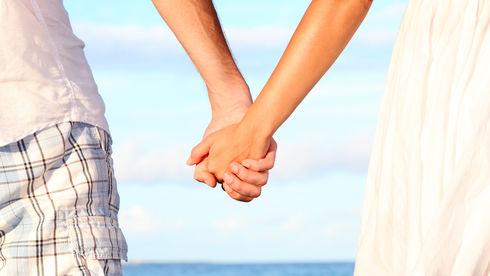 Cuplu care se ţine de mână