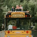 Hostel pe patru roţi: Turul Europei cu autobuzul galben