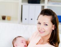 În cât timp își revine la normal burtica unei mămici după naștere