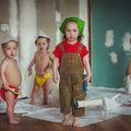 Micuţii fac lucruri vopsite: Când văruitul e o joacă de copii