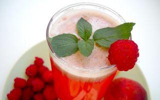 Cum să-ţi faci limonadă cu mentă şi zmeură. O reţetă simplă şi rapidă