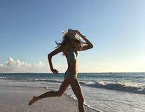 Elle Macpherson, senzaţie pe plajă: Supermodelul arată fantastic la 53 de ani