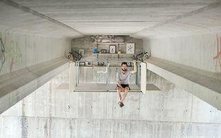 Cel mai tare loc de muncă: Şi-a făcut birou sub un pod!