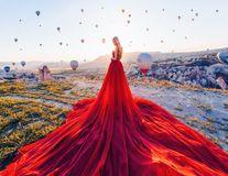 Frumuseţe fără cuvinte: 15 femei în rochii superbe, fotografiate în locuri fabuloase