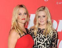 Frumuseţea se moşteneşte: Reese Witherspoon şi fiica ei arată ca două surori