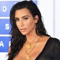 Cum scapă Kim Kardashian de petele de deodorant. Un truc genial!