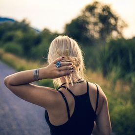 De ce nu ar trebui să porți elasticul de păr la mână