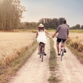 Cuplu pe biciclete