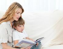 Cât de important e ca părinţii să le citească copiilor chiar şi după ce aceştia o pot face singuri