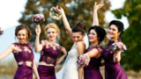 De ce se îmbracă domnișoarele de onoare la fel