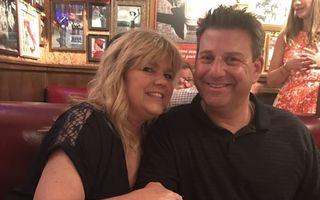 Povestea bărbatului care îşi veghează soţia bolnavă de cancer