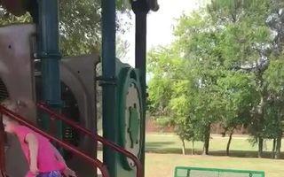 Doza de speranță pentru astăzi: copilul care se urcă în tobogan fără mâini