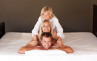 Ce gândeşte un băiat de 6 ani după ce dă buzna în dormitorul părinţilor: Reacţia lui te face să râzi în hohote!