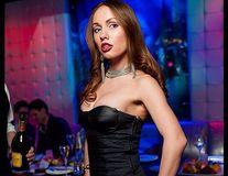 Sfârşitul stupid al unei rusoaice frumoase: A murit în timp ce dansa topless pe geamul unei maşini