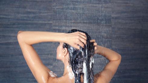 7 greșeli pe care le faci când te speli pe cap