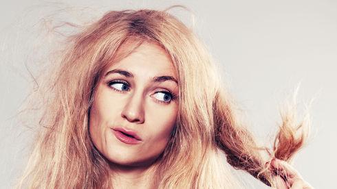 Cum să combaţi efectele apei dure asupra părului tău