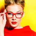 5 trucuri geniale de machiaj pentru femeile care poartă ochelari