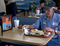 Video: Gestul emoţionant al unui bătrân de 93 de ani: În fiecare zi ia masa lângă poza soţiei