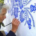 Bătrâna de 90 de ani care pictează flori pe pereţi: A transformat un sat într-un muzeu de artă