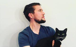 Distracţie de hipster: Tipul care face poze cu toate pisicile care îi ies în cale