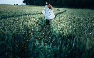 10 motive să te îndrăgostești de o femeie înțeleaptă