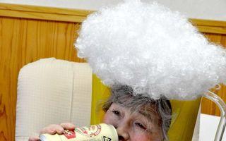 Bunicuţa pusă pe şotii: La 89 de ani face poze care stârnesc râsul