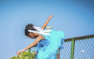 Prințesa pe roți: o fetiță din Brazilia face trucuri uimitoare cu placa de skateboard, costumată în zână