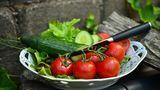 De ce e periculos să amesteci castraveți cu roșii în salată?