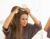 Ce se întâmplă dacă îți smulgi firele albe de păr?