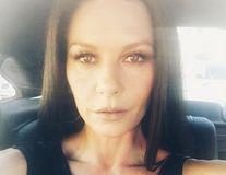 Catherine Zeta-Jones, bănuită că şi-a făcut operaţii estetice după un selfie incredibil