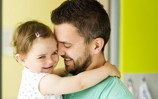 Tații influențează mai mult dezvoltarea fetițelor decât mamele