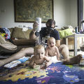 """Când tata e fotograf, bebeluşii nu mai au scăpare: """"Ajutor! Scăpaţi-ne de el!"""""""