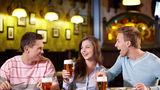 Studiu. Ieşitul cu prietenii la o bere face bine sănătăţii mintale