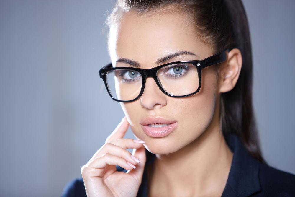 Femeie cu ochelari