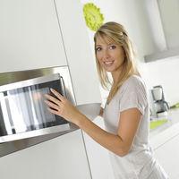 8 lucruri pe care să nu le introduci niciodată în cuptorul cu microunde
