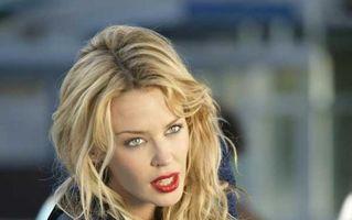"""Kylie Minogue nu refuză experimentele sexuale: """"Suntem fiinţe curioase"""""""